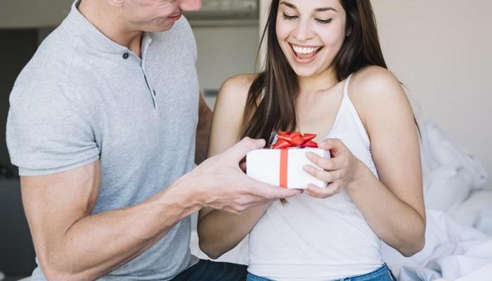 5 действенных методов научить мужчину дарить подарки чаще