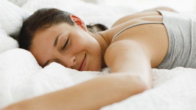 Yatağınızı nadir hallarda yuyursunuzsa, bu zaman bədəninizdə nə baş verir?