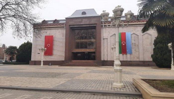 """Gəncədə """"Dövlət bayrağı haqqında"""" qanunun tələbləri niyə pozulur? - FOTOLAR"""
