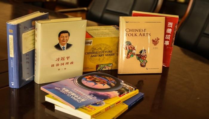 Посольство Китая передало научной библиотеке БГУ 248 книг